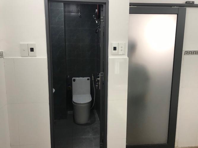 Phòng tắm nhà phố Quận 3 Bán nhà đường hẻm Trương Định, cách Bệnh viện Mắt TP.HCM 400m, sổ hồng đầy đủ.