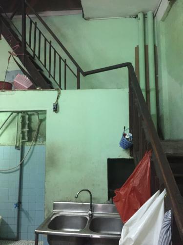 cầu thang nhà phố quận 1 Bán nhà hẻm Đề Thám 2m, ban công và cửa hướng Tây  Nam.