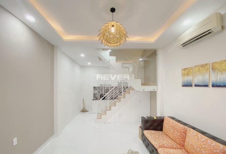 Phòng khách nhà phố đường Đoàn Thị Điểm Nhà phố trung tâm Quận Phú Nhuận, nội thất cơ bản.