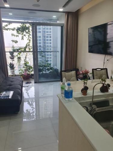 Căn hộ Vinhomes Central Park tầng trung view thành phố, đầy đủ nội thất.