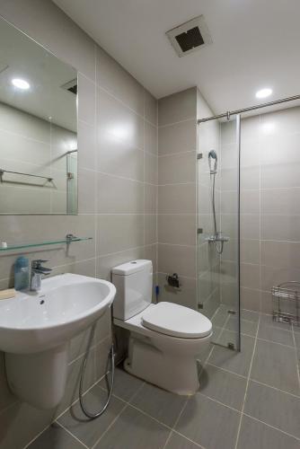 Phòng tắm The Gold View, Quận 4 Căn hộ The Gold View nội thất cơ bản, đón view hồ bơi yên tĩnh.