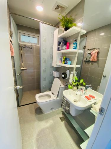 Phòng tắm Terra Royal, Quận 3 Căn hộ Terra Royal nội thất cao cấp, ban công hướng Đông Nam.