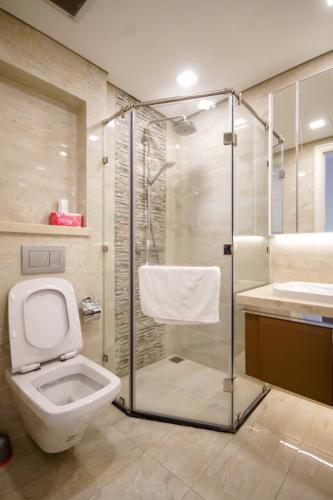 Phòng tắm căn hộ Vinhomes Golden River Bán căn hộ 1 phòng ngủ Vinhomes Golden River, vị trí căn hộ đẹp, giao nhà ngay.