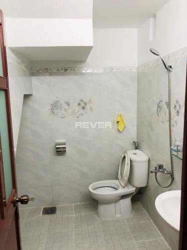 Phòng tắm nhà phố Trương Đình Hội, Quận 8 Nhà phố diện tích 38.5m2, thiết kế kỹ lưỡng cùng gam màu xanh mát.