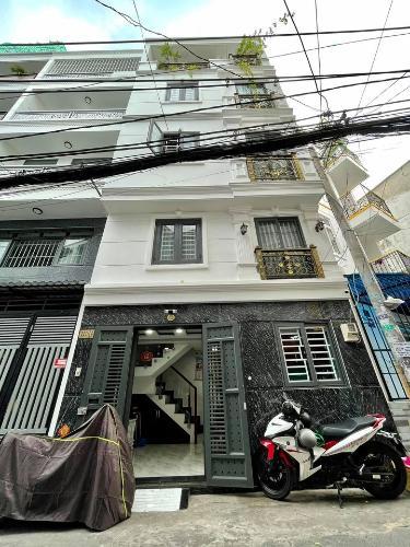 Nhà phố mặt tiền đường nhựa rộng 8m, kết cấu 1 trệt 3 lầu và sân thượng.