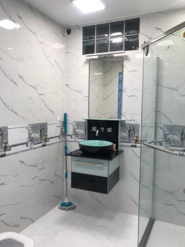Phòng tắm nhà phố quận Phú Nhuận Bàn nhà hẻm 3 tầng, 3 phòng ngủ, diện tích đất 43m2, diện tích sàn 158m2, thiết kê hiện đại, đầy đủ nội thất