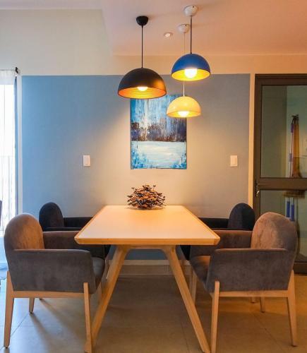 Bàn ăn căn hộ Masteri Thảo Điền Căn hộ Masteri Thảo Điền nội thất gỗ cao cấp, view Thảo Điền và sông.