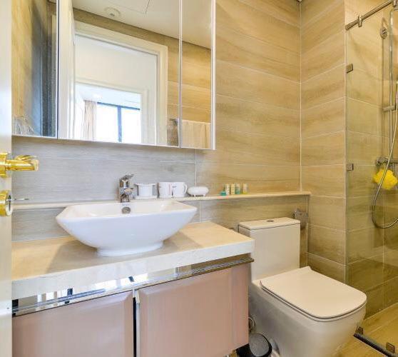 Phòng tắm căn hộ Vinhomes Golden River Căn hộ Vinhomes Golden River, đầy đủ nội thất, ban công thoáng mát