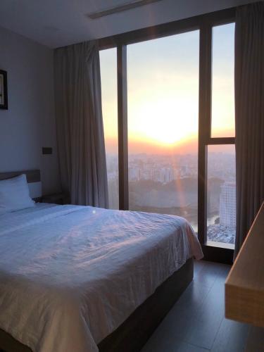 phòng ngủ Căn hộ Vinhomes Golden River tầng trung, view thành phố và sông