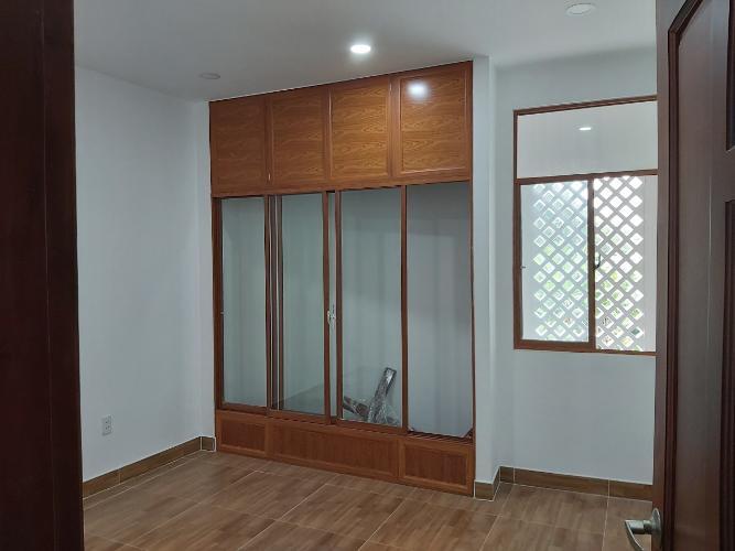 Phòng ngủ nhà phố quận 9 Nhà phố quận 9 nội thất cơ bản, có hầm để xe hơi.