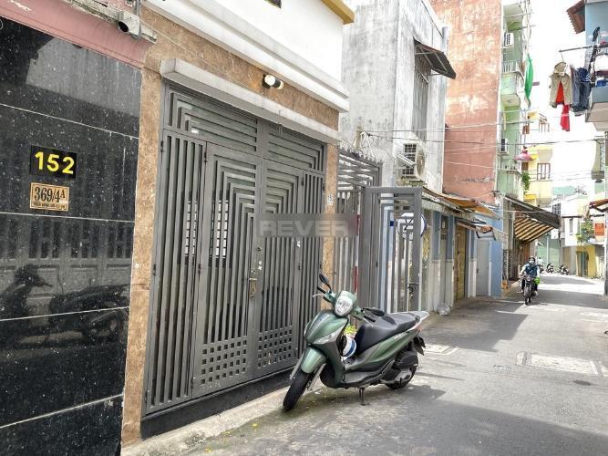 Đường trước nhà phố Quận Phú Nhuận Nhà phố diện tích 30m2 kết cấu 1 trệt 3 lầu, khu dân cư đông đúc.
