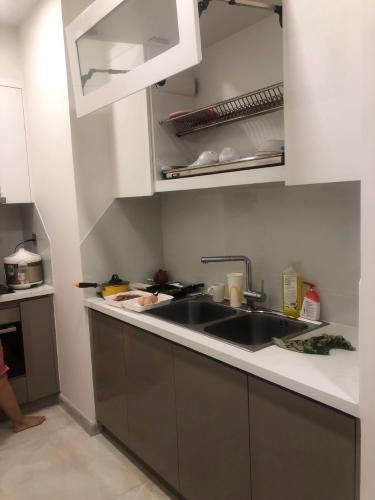 Phòng bếp nhà phố Vinhomes Golden River  Căn hộ Vinhomes Golden River tầng trung view đẹp, đầy đủ nội thất.