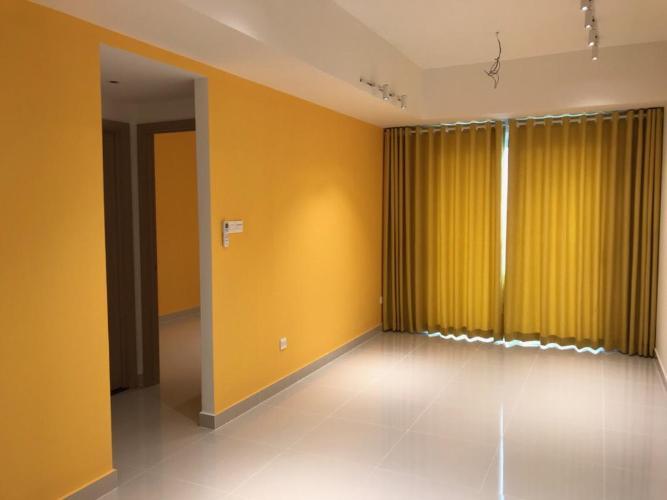 Căn hộ Officetel The Sun Avenue tầng cao, thiết kế gam màu vàng tươi.
