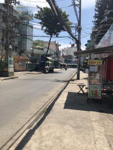 Đường trước nhà phố Quận Bình Thạnh Nhà phố mặt tiền đường Phan Chu Trinh, kết cấu 1 trệt 4 lầu có thang máy.