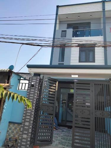 Nhà phố Huyện Bình Chánh kết cấu 1 trệt 2 lầu, đường xe hơi rộng rãi.