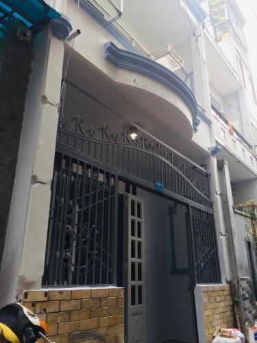 Nhà phố cách mặt đường Kênh Tân Hóa 15m, kết cấu 1 trệt 1 lầu đúc.