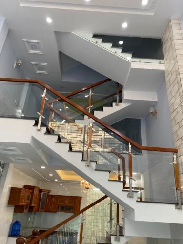 Cầu thang nhà phố Nhà phố Bình Tân hướng Bắc thiết kế hiện đại, hẻm xe hơi.