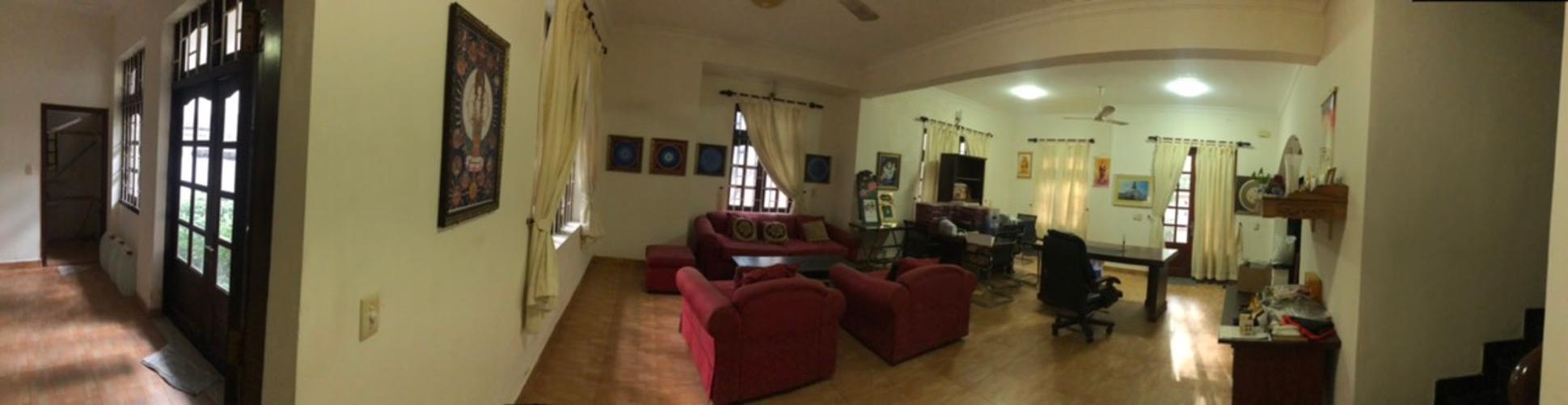 Phòng khách biệt thự Biệt thự Thảo Điền Quận 2 trang bị đầy đủ nội thất, khu vực an ninh.