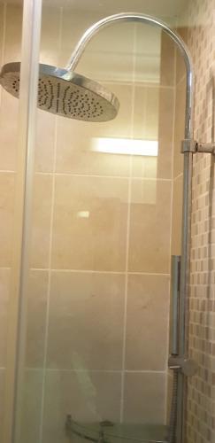 cửa kính nhà tắm Căn hộ The Manor hướng Tây, nội thất đầy đủ tiện nghi.