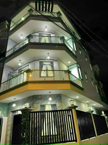Nhà phố kết cấu 1 trệt, 2 lầu và sân thượng, diện tích 53.5m2.
