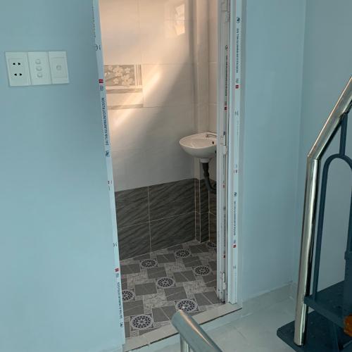 phòng tắm nhà phố quận 1 Nhà hẻm lộ giới 2m Quận 1 mới xây, sổ hồng chính chủ, bàn giao ngay.
