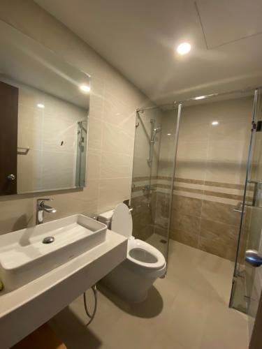Phòng tắm Saigon Royal Quận 4 Căn hộ Saigon Royal tầng trung, view sông Sài Gòn mát mẻ.