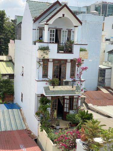 Nhà phố hẻm xe hơi rộng rãi, kết cấu 1 trệt 3 lầu, sổ hồng riêng.