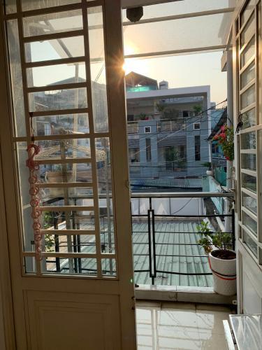 Ban công nhà phố Nhà phố hướng Đông Nam mặt tiền đường, sổ hồng ban giao nhanh.