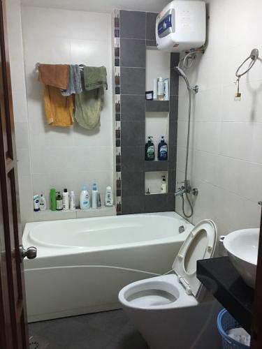 Phòng tắm nhà phố Nhà phố kết cấu 2 tầng hướng Tây, thiết kế hiện đại kiên cố.