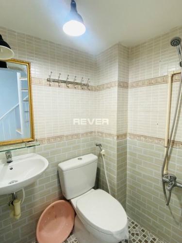 Phòng tắm nhà phố Quận Bình Thạnh Nhà phố 1 trệt 2 lầu hướng Đông thoáng mát, khu dân cư an ninh.
