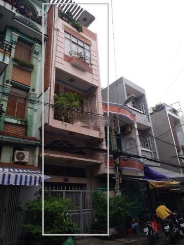 Nhà phố hướng chính Đông, thiết kế hiện đại, nội thất cơ bản.