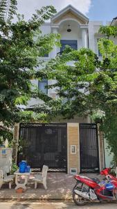 Nhà phố 3 tầng cửa hướng Nam diện tích 100m2, hẻm xe hơi rộng.