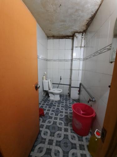 Phòng tắm nhà phố Nhà phố Quận 6 diện tích đất 86m2, ngay khu ẩm thực đông đúc.