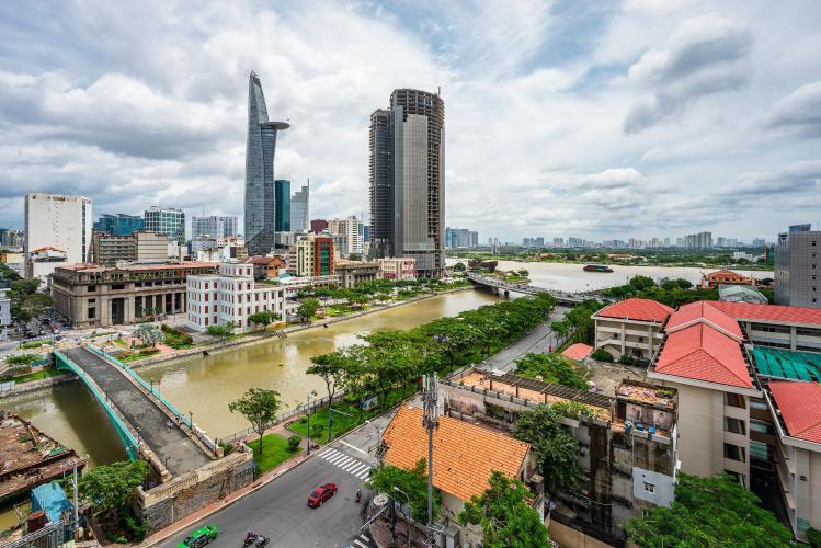 View ban công Saigon Royal Căn hộ Saigon Royal tầng trung, view nhìn ra hướng tòa nhà Bitexco