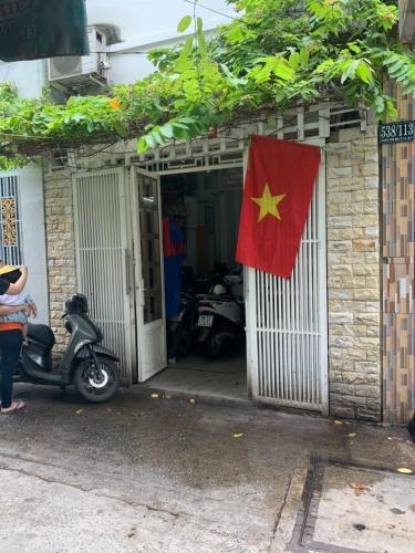 Nhà hẻm 2.5m Quận 4, nội thất cơ bản, cách Nguyễn Tất Thành 500m.
