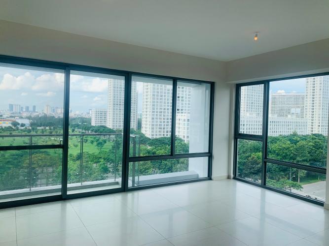 Căn hộ Urban Hill phòng khách có 2 mặt cửa kính đón sáng tự nhiên.