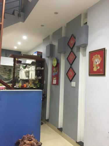Phòng khách nhà phố Bờ Bao Tân Thắng, Tân Phú Nhà phố hướng Đông, hẻm xe hơi quay đầu thông thoáng.