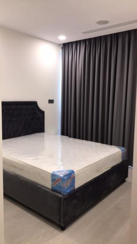Phòng ngủ Vinhomes Golden River, Quận 1 Căn hộ Vinhomes Golden River tầng thấp, đón view thoáng mát.