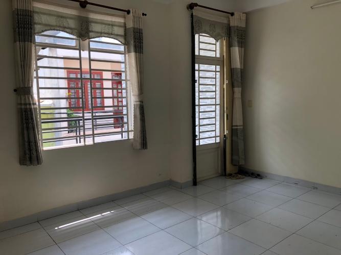 Phòng khách nhà phố Nhà phố Bình Tân kết cấu 1 trệt 1 lầu, kèm nội thất cơ bản.