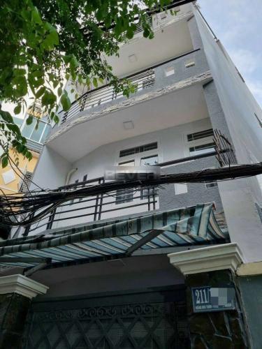 Nhà kết cấu 1 trệt, 2 lầu và sân thượng, diện tích 40m2 có sổ hồng riêng.