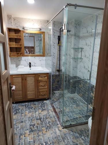 Phòng tắm nhà phố Quận 8 Nhà phố Quận 8 hướng Bắc diện tích sử dụng 240m2, sổ đỏ.