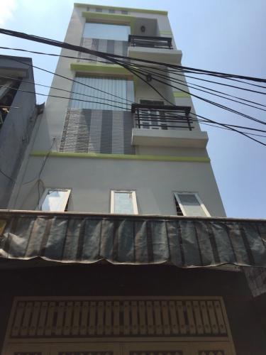 Nhà phố ngay mặt hẻm bê tông thông thoáng, khu dân cư đông đúc.