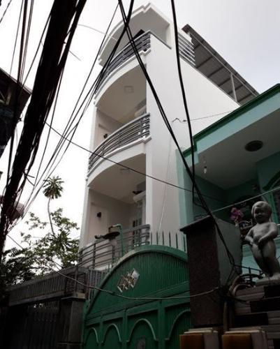 Nhà phố diện tích 65.2m2, kết cấu 3 tầng khu dân cư đông đúc.