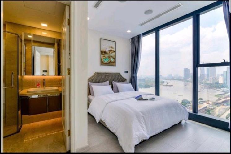 Phòng ngủ Vinhomes Golden River, Quận 1 Căn hộ Vinhomes Golden River hướng Tây Nam, tầng cao đón gió.