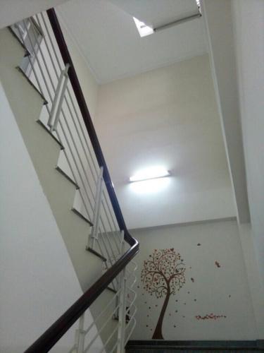 Cầu thang nhà  Nhà phố hướng Đông khu dân cư an ninh, hẻm xe hơi rộng 5 m.