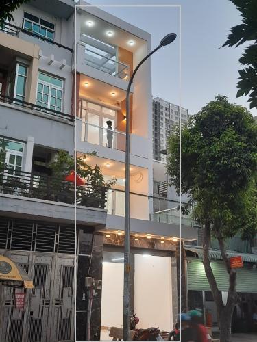Nhà phố nằm ngay mặt tiền đường, thiết kế đẹp, kỹ lưỡng.