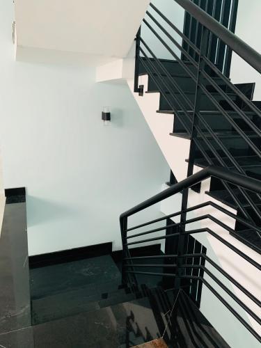 Cầu thang nhà phố quận 2 Cho thuê nhà nguyên căn MT Đồng Văn Cống, Quận 2, 4 lầu 1 lửng, giao thông thuận tiện