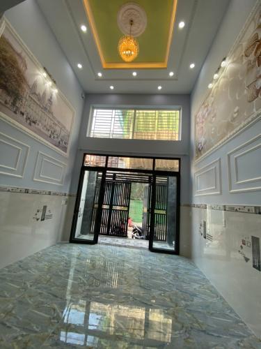 Phòng khách nhà phố Nhà phố Bình Tân hướng Bắc thiết kế hiện đại, hẻm xe hơi.