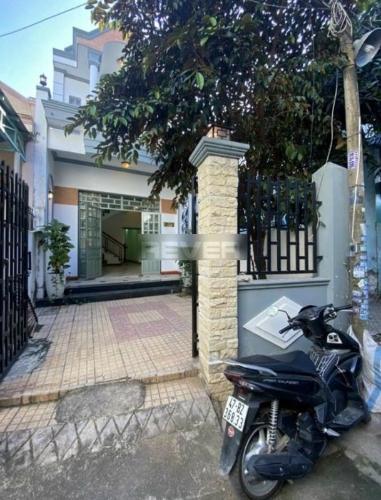Nhà phố kết cấu 1 trệt 1 lầu, cách đường Nguyễn Duy Trinh 100m.