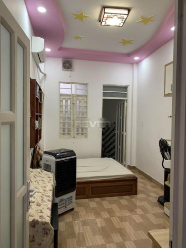 Phòng ngủ nhà phố Đoàn Văn Bơ, Quận 4 Nhà phố hướng Đông Bắc, đường trước nhà 5m, xe hơi qua lại.